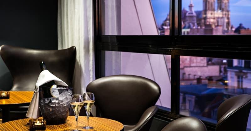 Holiday Inn Reims Centre Bar table et vue cathedrale - credits Holiday Inn Reims Centre