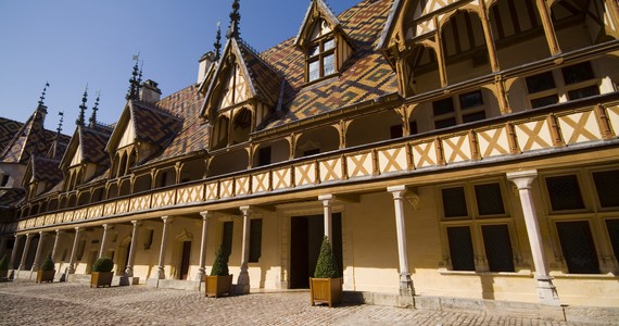 Burgundy Wine Tours - cour Hospices de Beaune - Beaune Tourisme © F. Vauban