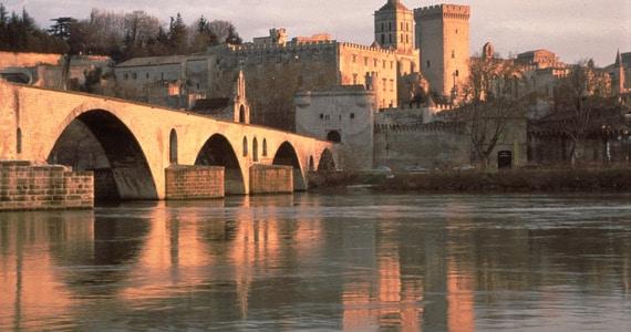 Rhone Wine Tours - C01-02_QUADRI CMJN 300 DPIPont_Avignon_Palais_papes©D_LEFRANC_coll-cdt84